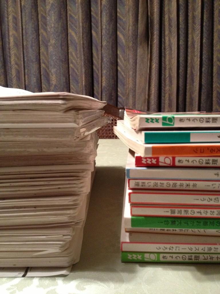 1年分のスケッチの紙束 VS 1年分の『今日の料●ビギナーズ』